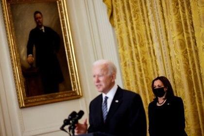 Imagen de archivo de la vicepresidenta de Estados Unidos, Kamala Harris, escuchando mientras el presidente Joe Biden habla sobre el estado de la vacunación durante un evento sobre la respuesta a la pandemia de COVID-19 en la Sala Este de la Casa Blanca en Washington, Estados Unidos. 18 de marzo, 2021. REUTERS/Carlos Barria/Archivo