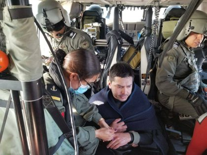 On the aircraft, he was treated by rescue personnel, however, he only had mild hypothermia and scratches from the rocks Photo: (Facebook Sentinela México)