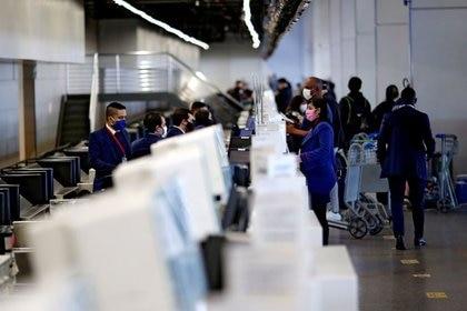 FOTO DE ARCHIVO: Empleados de Latam Airlines en la sala de facturación de la compañía en el Aeropuerto Internacional de Brasilia,  Brasil. 28 de mayo de 2020.REUTERS/Ueslei Marcelino/File Photo