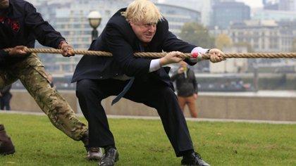 Boris Johnson tira de la soga en un evento realizado en su etapa como alcalde de Londres