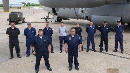 Hay equipo: los hombres y mujeres responsables del mantenimiento del Hércules C-130. Foto: Fernando Calzada.