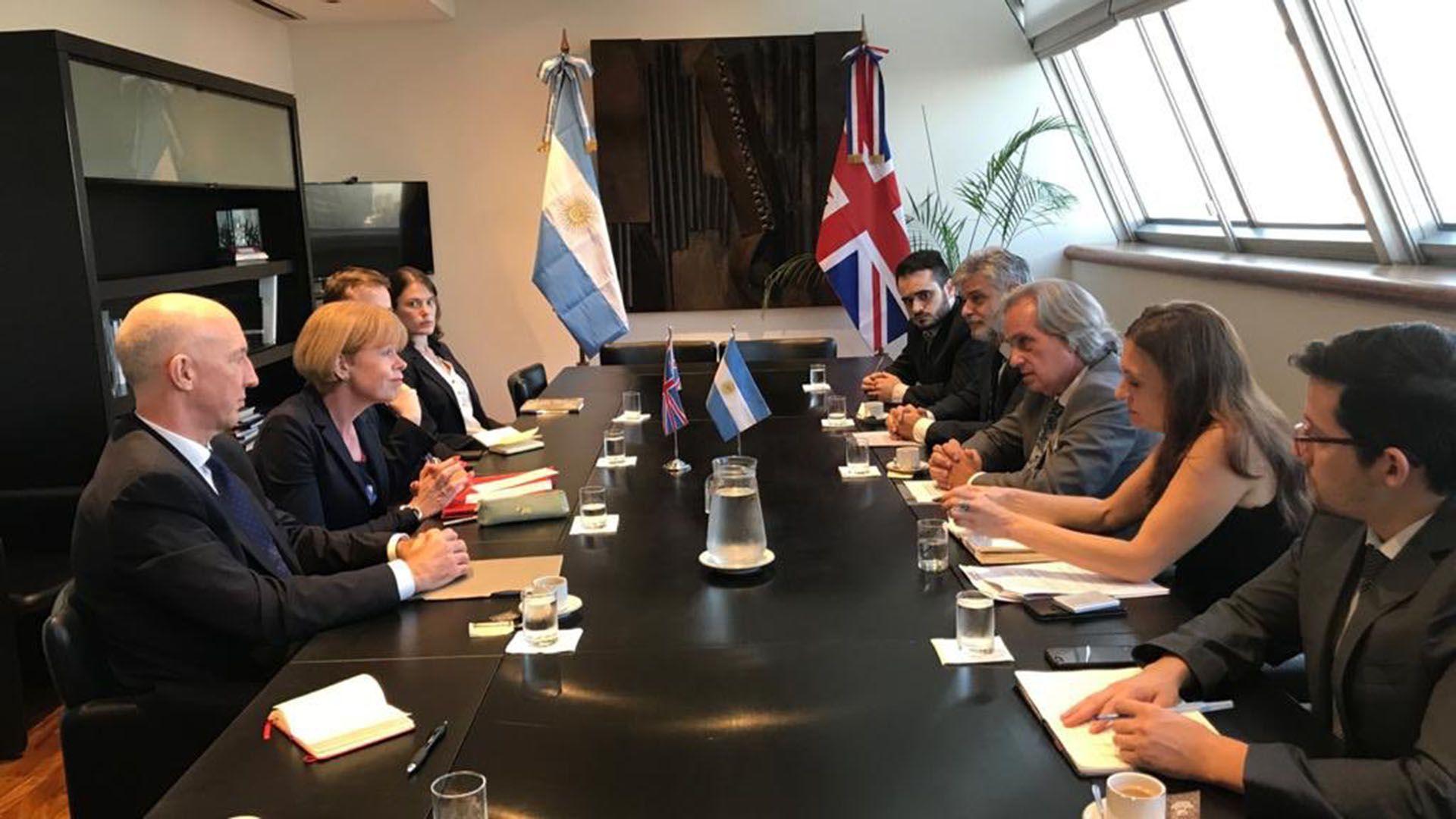 La vicecanciller Morton y el embajador Kent, durante la reunión que mantuvo con el vicecanciller Tettamanti y su equipo