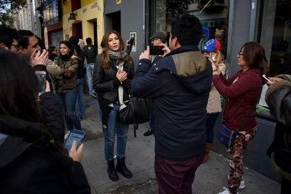 La actriz venezolana Catherine Fulop acapara la atención de los exiliados en uno de los centros de votación