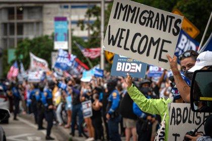 Cientos de personas, incluida la comunidad latina, celebran la victoria de Joe Biden, en Miami, Florida (EE.UU.). EFE/Giorgio Viera