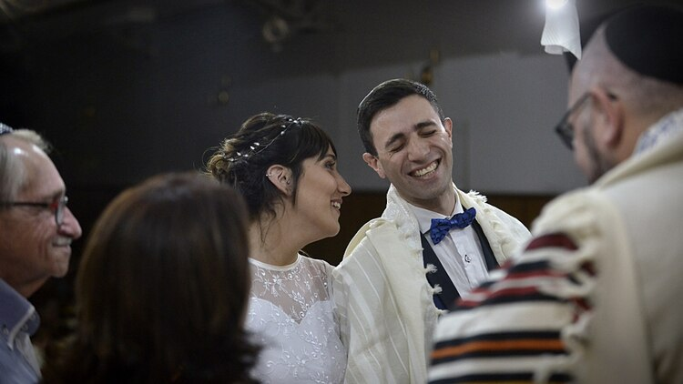 """Bater, el rabino, los bendijo. En un momento bromeó """"esta ceremonia tendrá más repercusión que la boda de Pampita"""", lo que generó la risa de todos"""