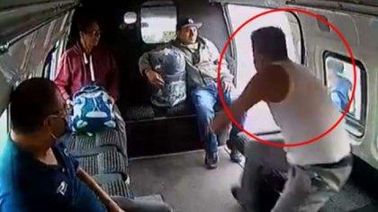 """El """"ladrón de la combi"""" fue golpeado por pasajeros hasta quedar inconsciente (Foto: Captura de pantalla)"""
