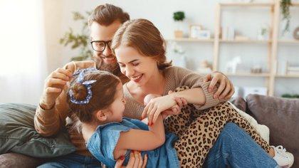 Los padres pasan más tiempo que nunca con sus hijos, y esto se debe en parte a los cambios en las convenciones sociales y al progreso económico (Shutterstock)