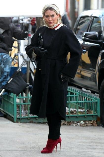 """En action.  Hilary Duff filmant une scène de la série """"Plus jeune"""" dans le centre-ville de Manhattan.  L'actrice, qui est enceinte de son troisième enfant, a été vue sur le plateau de New York.  Il portait un costume noir et des chaussures rouges.  Et quand il ne filmait pas, il portait son masque pour empêcher la transmission du coronavirus"""