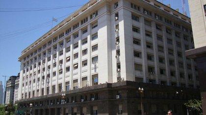 El Ministerio de Economía concretará el miércoles una nueva licitación de cinco Letras del Tesoro en pesos, con vencimiento que van desde julio hasta abril del año próximo.
