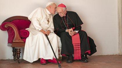 Anthony Hopkins y Jonathan Pryce caracterizados como el papa Benedicto XVI y el Cardenal Bergoglio (Foto: Netflix)