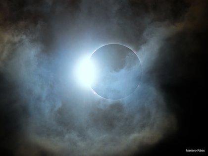 Durante el juego de sombras de la Luna Nueva, este anillo de diamantes relucientes fue visto por un momento, incluso en cielos nublados. Conocido como el efecto de anillo de diamantes, el espectáculo transitorio en realidad ocurre dos veces. Justo antes e inmediatamente después de la totalidad, una fina franja de disco solar visible detrás del borde de la Luna crea la apariencia de una joya brillante engastada en un anillo oscuro. Esta dramática instantánea del camino de la totalidad en el norte de la Patagonia, Argentina, captura el segundo anillo de diamantes de este eclipse, junto con llamativas prominencias solares elevadas más allá del borde de la silueta de la Luna (Foto: Mariano Ribas)