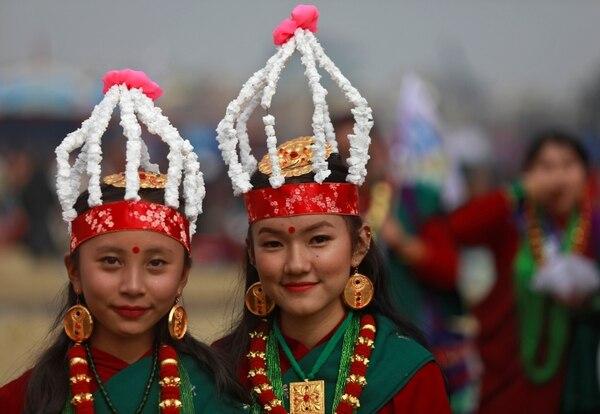 Jóvenes con vestidos tradicionales participan del desfile de Tamu Lhosar en las calles de Katmandú, Nepal, para celebrar la llegada del nuevo año