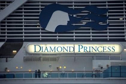 FOTO DE ARCHIVO: Pasajeros con máscaras protectoras son vistos en el crucero Diamond Princess, mientras los pasajeros del barco continúan siendo examinados para detectar el coronavirus, en la Terminal de Cruceros del Muelle Daikoku en Yokohama, al sur de Tokio, Japón, el 16 de febrero de 2020 (REUTERS/Athit Perawongmetha)