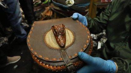 Bolso elaborado con cabeza de reptil de Bogotá.  Foto: cortesía de la Secretaría de Medio Ambiente.