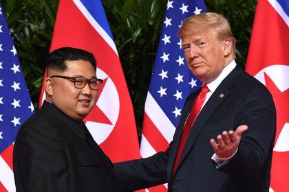 Luego de múltiples amenazas bélicas, Trump se convirtió en el primer presidente estadounidense en reunirse con el líder norcoreano. Kim Jong-un viajó a Singapur para la primera cumbre entre ambos jefes de Estado