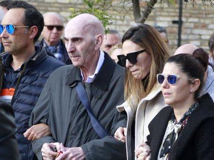 07/02/2020 Irene Rosales, con su padre, en el entierro de su madre, Mayte V�zquez, el pasado mes de febrero EUROPA ESPA�A SOCIEDAD LEANDRO WASSAUL
