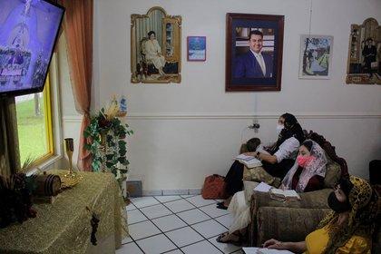 Fieles de la iglesia La Luz del Mundo participan en una ceremonia virtual (Foto: EFE/Francisco Guasco)