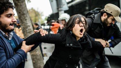 Una estudiante de la universidad de Bogazici es arrestada durante las manifestaciones estudiantiles de la última semana. AFP