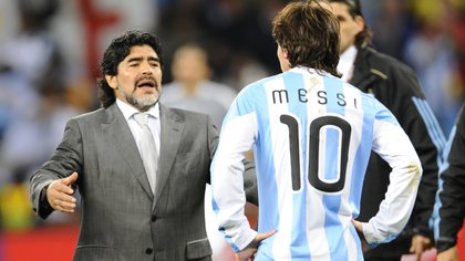 -28/3/2009 usó la 10 por primera vez con Maradona como entrenador tras la renuncia de Juan Román Riquelme