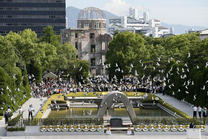 Palomas sobre el Hiroshima Peace Memorial Park en Hiroshima (Japón). EFE/KIMIMASA MAYAMA/Archivo
