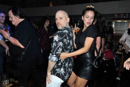 El director teatral bailando con Barbie Vélez