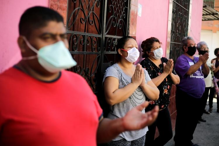 Hondureños llevaan mascarillas en Tegucigalpa (Reuters)