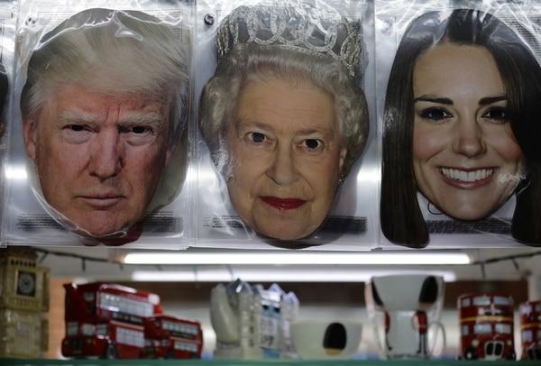 Una imagen de Trump, la reina Isabel II y Kate Middleton (Reuters)