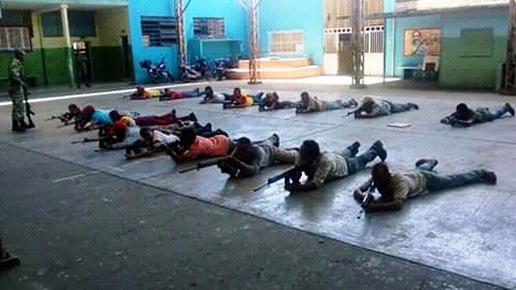 """Los """"colectivos"""" funcionan como fuerzas parapoliciales que controlan los barrios en defensa del régimen de Maduro"""