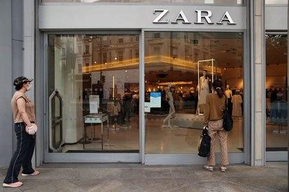 Una mujer mira a través del escaparate de una tienda de Zara durante el brote de la enfermedad del nuevo coronavirus en Londres, Reino Unido (Foto: REUTERS/Hannah McKay)