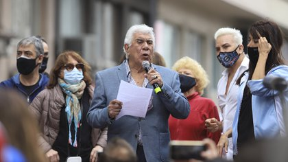 Flavio Mendoza convocó a una protesta en la puerta del teatro Broadway y Raul Lavie leyó un mensaje durante el acto. (Foto: Daniel Vides)