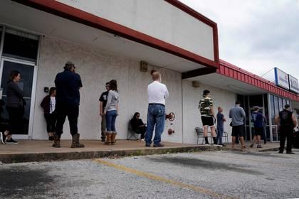 Filas para la solicitud en Arkansas (Reuters)