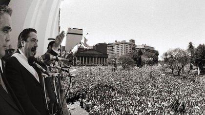 El presidente Raúl Alfonsín habla  a la multitud reunida tras su asunción. Autor: Víctor Bugge  162