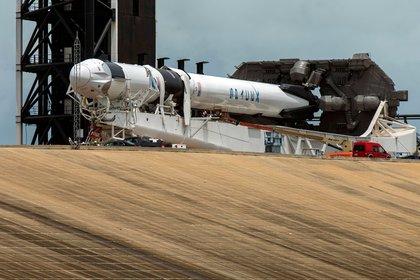 Técnicos trabajan en el SpaceX Crew Dragon, acoplado a un cohete propulsor Falcon 9, un día antes de la fecha fijada para el lanzamiento.