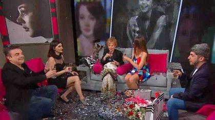 """La artista durante el festejo de cumpleaños que le hicieron en su programa, """"Memorias desordenadas"""", que conduce junto a su sobrina, Kari Araujo, hija de su hermana Raquel"""