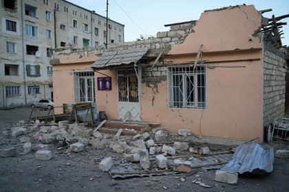 Vista de una vivienda del municipio de Martakert, en Nagorno Karabaj, dañada ayer por la artillería azerí (EFE/ Pablo González)