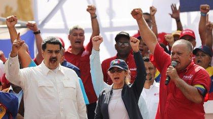 Nicolás Maduro, gesticula junto a su esposa Cilia Flores y el presidente de la Asamblea Nacional Constituyente de Venezuela, Diosdado Cabello (Reuters)