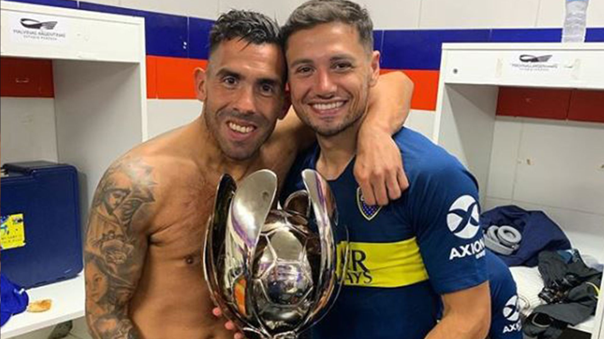 Tevez y Zárate con el trofeo de Supercopa Argentina ante Rosario Central