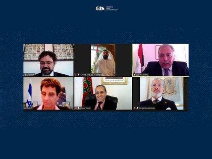 Claudio Epelman, director ejecutivo del CJL; Galit Ronen, Embajadora de Israel en Argentina; Saeed Abdulla Alqemzi, Embajador de Emiratos Arabes Unidos y Fares Yassir, Embajador de Marruecos en Argentina; Jorge Knoblobits, Presidente de DAIA y Secretario General del CJL y Amin Meleika, Embajador de Egipto