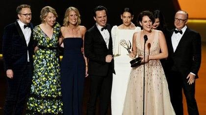 """Phoebe Waller-Bridge acepta el premio a mejor actriz principal de comedia por su trabajo en """"Fleabag"""", acompañada por el elenco de la serie(Kevin Winter/ Getty Images/ AFP)"""