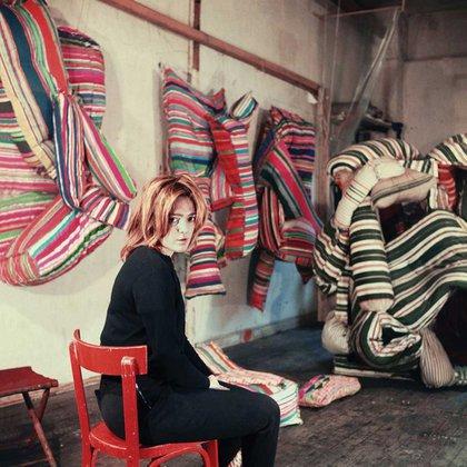 Marta Minujín en 1963 con sus primera obras hechas de colchones en su taller de París