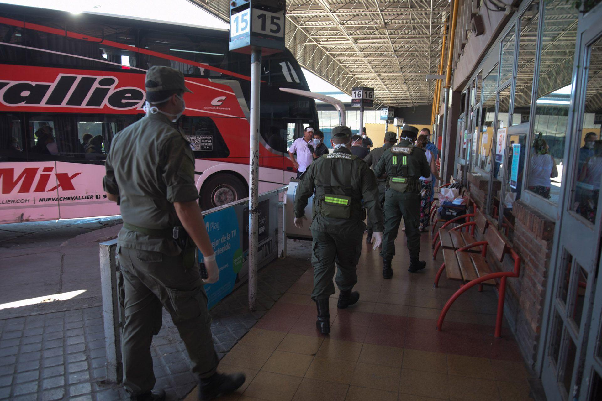 Agentes de Gendarmería en la terminal de ómnibus de Mendoza