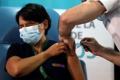 Daniela Zapata, de 42 años, recibe una inyección de la vacuna Sputnik V (Gam-COVID-Vac) contra la enfermedad del coronavirus (COVID-19) en el hospital Dr. Pedro Fiorito de Avellaneda, en las afueras de Buenos Aires, Argentina. 29 de diciembre de 2020. REUTERS/Agustín Marcarián