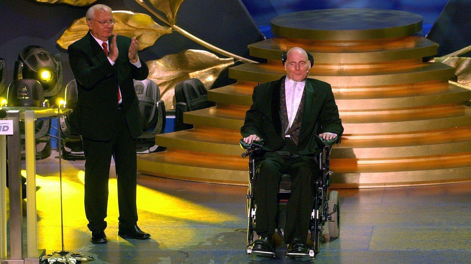 Su primera aparición pública luego del accidente fue en la entrega de los Oscar de 1996 (Grosby Group)