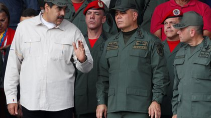 Venezuela's President Nicolas Maduro talks to Venezuela's Defense Minister Vladimir Padrino Lopez and Remigio Ceballos Strategic Operational Commander of the Bolivarian National Armed Forces, as Venezuela's National Constituent Assembly President Diosdado Cabello talks to Cilia Flores, wife of Venezuela's President Nicolas Maduro, during a ceremony to mark the 17th anniversary of the return to power of Venezuela's late President Hugo Chavez after a coup attempt and the National Militia Day in Caracas, Venezuela April 13, 2019. REUTERS/Carlos Garcia Rawlins