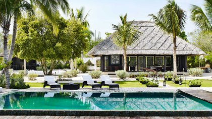La propiedad cuenta con dos piscinas, una de ellas tiene arena en el fondo