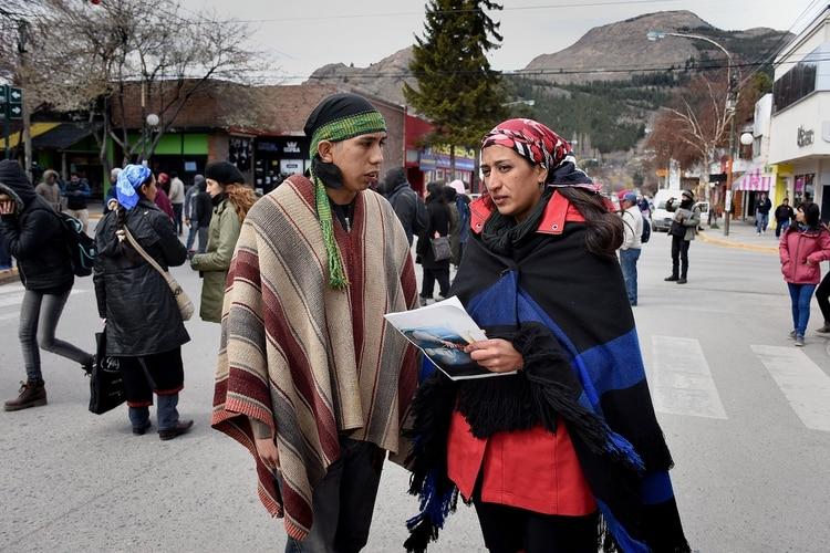 """Matías Santana, el mapuche de los """"binoculares"""", y la pareja de Facundo Jones Huala, Andrea Millañanco, acusados de incurrir en una serie de delitos durante la instrucción del caso Maldonado (Nicolás Stulberg)"""
