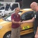 Hortensio Martínez, el conductor de 72 años, mientras devuelve el dinero al técnico argentino.
