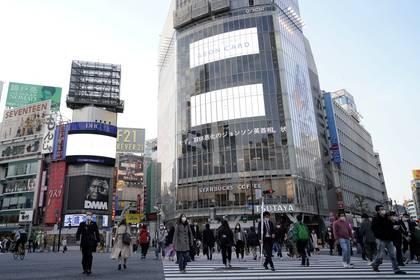 El tránsito peatonal de este martes en Tokio (Reuters)