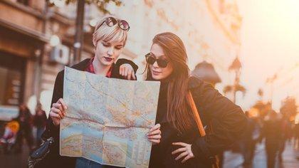 Las mujeres fueron las primeras en encontrar solución al problema del acompañante: viajar con desconocidas (istock)