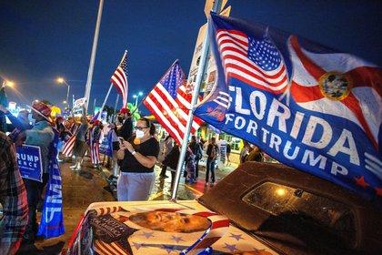Seguidores del presidente de Estados Unidos y candidato republicano a la reelección, Donald Trump, fueron registrados mientras protestaban y denunciaban un presunto fraude en la elecciones presidenciales estadounidenses, en Miami (Florida, EEUU) (EFE/ Cristóbal Herrera)